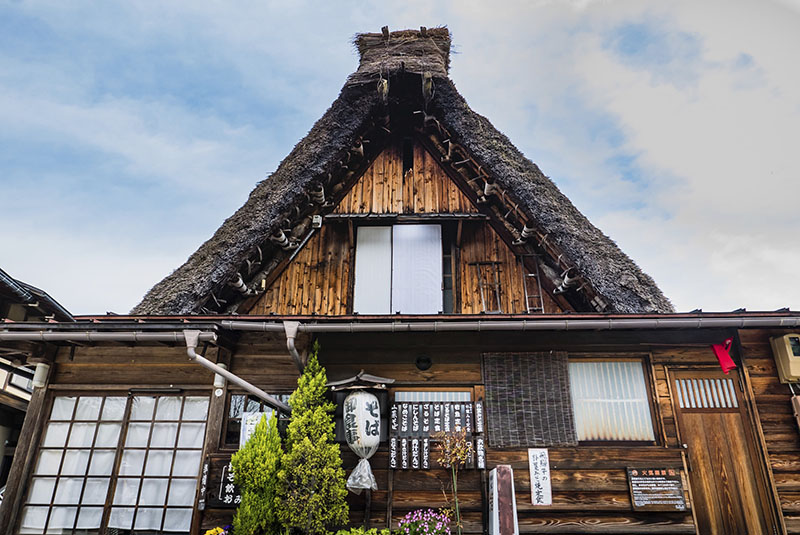 Shirakawa-go, Japón - 3 de mayo 2016: Casa tradicional gassho-zukuri en Shirakawa-go. Shirakawa-go es una de monumentos declarados patrimonio de Japón, situado en la prefectura de Gifu, Japón.