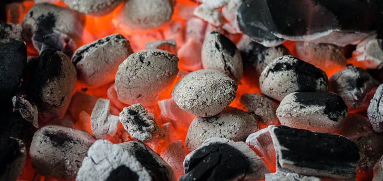 El carbón, una de las formas mas utilizadas para obtener energia de la madera.